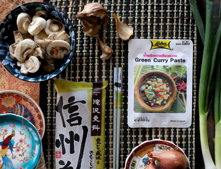 Noodles-al-curry-verde-e-aglio-nero