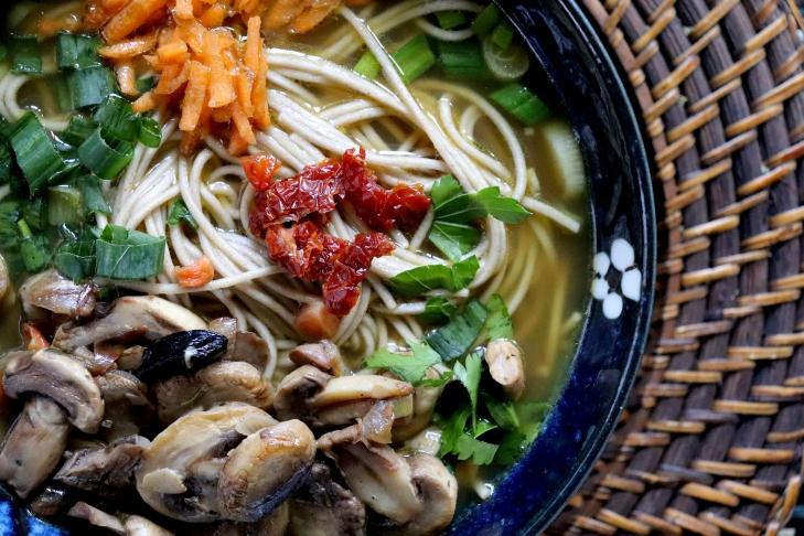 Soba-al-curry-verde-e-aglio-nero
